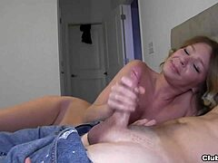 Beeldschone blondine masturbeert haar kont
